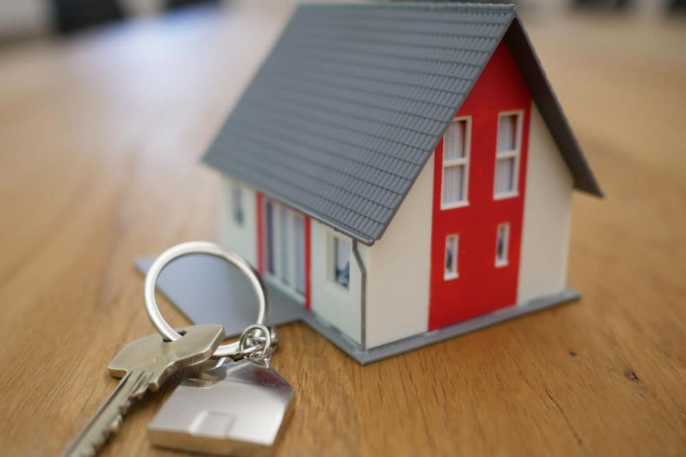 miniature house and keys for setting up trusts on real estate